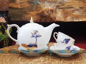 Bộ trà trắng mẫu đơn kẻ vàng kim vẽ sen xanh