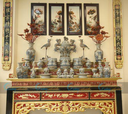 Sắp xếp bộ đồ thờ men rạn trên bàn thờ gia tiên